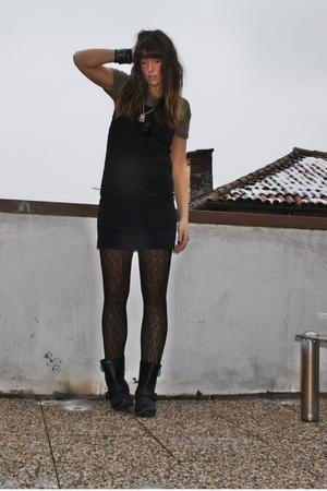 Black basic dress h m dresses black biker boots zara for Zara black t shirt dress