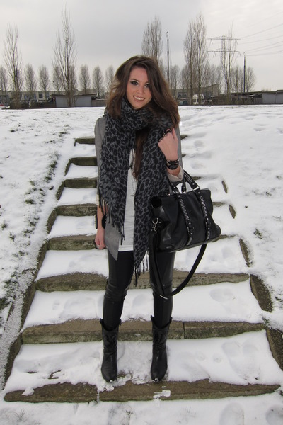 Www.queenswardrobe.com Patched Black Leggings Vintage Black Boots Topshop Silver Blazer Urban Outfitters Leopard Gray Scarf Zara Studded Bag Black