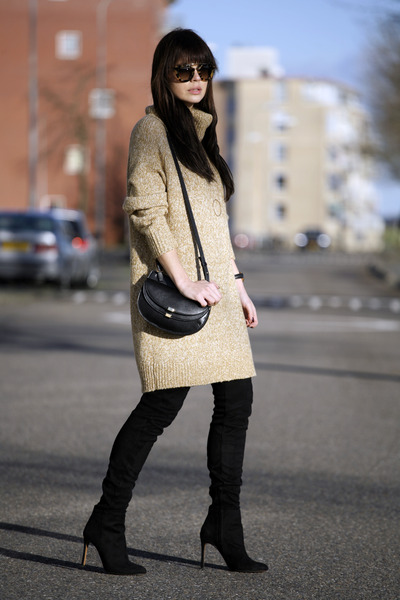 OVERKNEE BOOTS AND COZY KNIT