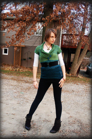 Dark Green Sweaters Dark Brown Boots Black Leggings