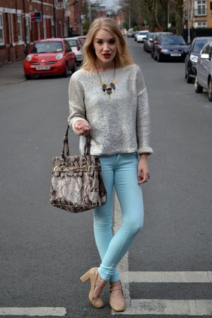 how to wear blue bag