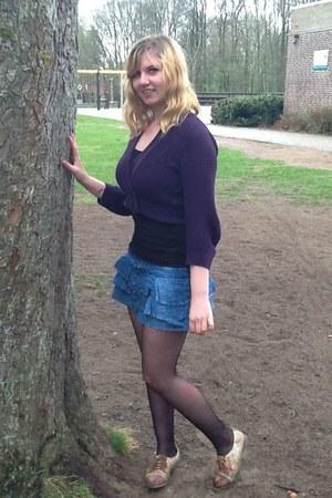 black tights dark brown flower shoes blue denim skirts